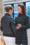 Deux filles heureuses sur une rue Image stock