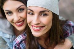 Deux filles insouciantes étreignant avec joie Photos stock