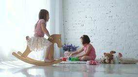 Deux filles jouant à la maison banque de vidéos