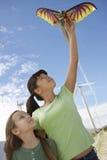 Deux filles jouant avec le cerf-volant Photo stock