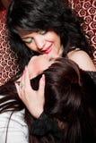 Deux filles jouant des lesbiennes dans la boîte de nuit photo libre de droits