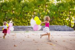 Deux filles jouant en parc photographie stock