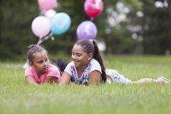 Deux filles jouant en parc Photos libres de droits