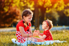 Deux filles jouant en parc d'été Image libre de droits