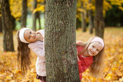 Deux filles jouant en parc d'automne Images libres de droits