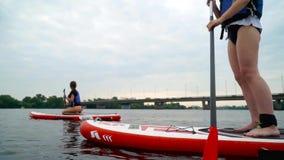Deux filles kayaking sur la rivière banque de vidéos