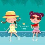 Deux filles mangeant la crème glacée et la pastèque à la piscine Photos libres de droits