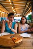 Deux filles mangent de la pizza Photographie stock
