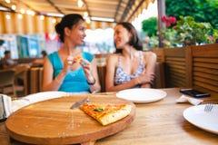Deux filles mangent de la pizza Photo stock