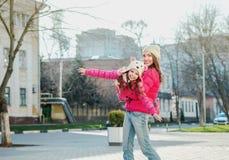 Deux filles marchant dans la ville Photographie stock