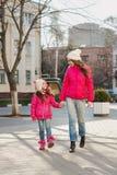 Deux filles marchant dans la ville Image stock