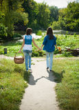 Deux filles marchant main dans la main Image libre de droits