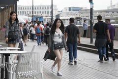 Deux filles marchant par la foule à la banque du sud à Londres photo stock