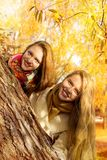 Deux filles marchent en parc d'automne Photographie stock libre de droits