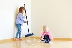 Deux filles mignonnes aidant sa maman à nettoyer Images libres de droits
