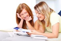 Deux filles mignonnes apprenant avec des livres Photo stock