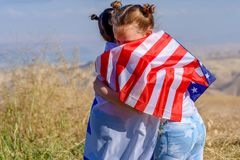 Deux filles mignonnes avec les drapeaux américains et israéliens images libres de droits