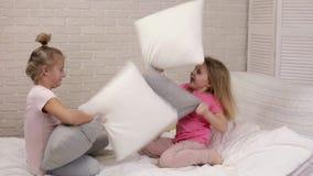 Deux filles mignonnes d'enfants jouant dans la chambre ? coucher banque de vidéos
