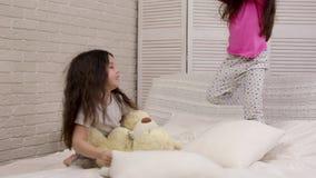Deux filles mignonnes d'enfants jouant dans la chambre ? coucher clips vidéos