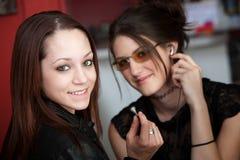 Deux filles mignonnes dans un café Photos libres de droits