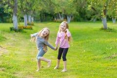 Deux filles mignonnes jouant dans le pair Image libre de droits