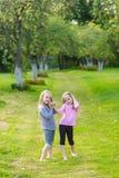 Deux filles mignonnes jouant dans le pair Photos stock