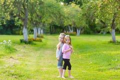 Deux filles mignonnes jouant dans le pair Photographie stock