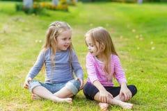 Deux filles mignonnes jouant dans le pair Photographie stock libre de droits