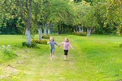 Deux filles mignonnes jouant dans le pair Images stock