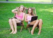 Deux filles ont un reste Photos stock