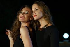 Deux filles par la partie Images stock