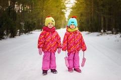 Deux filles pendant l'hiver dans la forêt Image stock