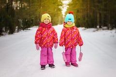Deux filles pendant l'hiver dans la forêt Photos stock