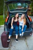 Deux filles posant dans la voiture Image libre de droits
