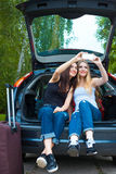 Deux filles posant dans la voiture Image stock