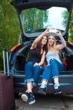 Deux filles posant dans la voiture Photographie stock libre de droits