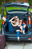 Deux filles posant dans la voiture Images libres de droits