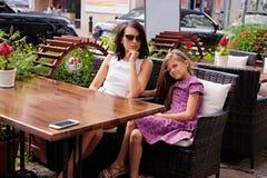 Deux filles posant dans un café Images stock