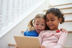 Deux filles posant pour Selfie sur la Tablette de Digital à la maison Photo libre de droits