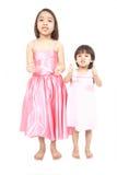 Deux filles préscolaires asiatiques retenant des pouces vers le haut Photos stock