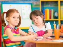 Deux filles préscolaires mignonnes à la leçon de dessin Photo stock