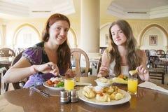 Deux filles prenant le déjeuner Image libre de droits