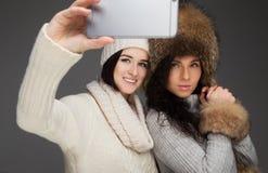 Deux filles prenant le selfie photos stock