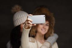 Deux filles prenant le selfie image stock