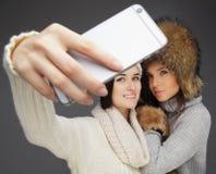 Deux filles prenant le selfie photographie stock