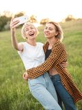 Deux filles prenant le selfie dehors Photo libre de droits
