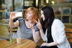 Deux filles prenant un autoportrait Image stock