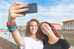 Deux filles prenant un selfie dans la ville Photo libre de droits