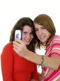 Deux filles prenant une photo de lui-même Image stock