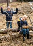 Deux filles recherchant des oeufs de pâques dans la forêt Images stock
